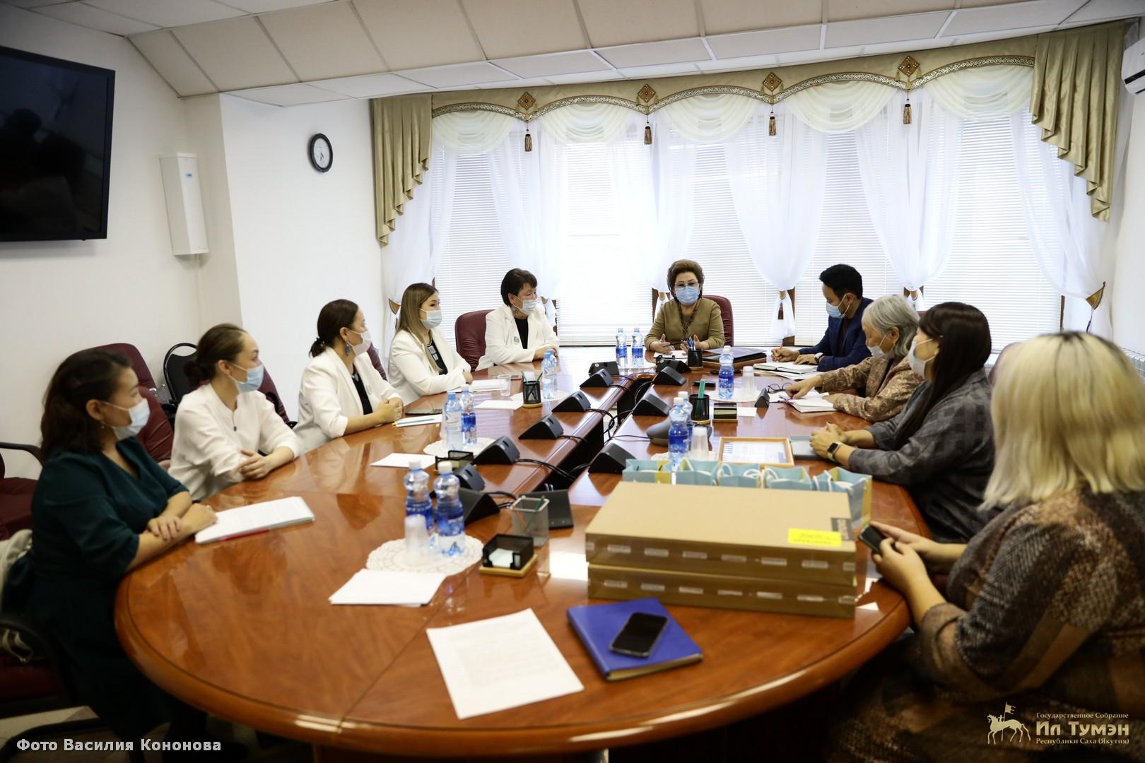 Феодосия Габышева встретилась с руководителями проектов пилотных площадок программы «Эркээйи эргиирэ»