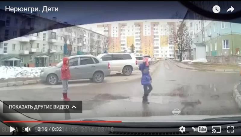 В Нерюнгри маленькая девочка регулирует дорожное движение