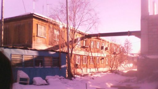 В Серебряном бору строительный кран упал на жилой дом