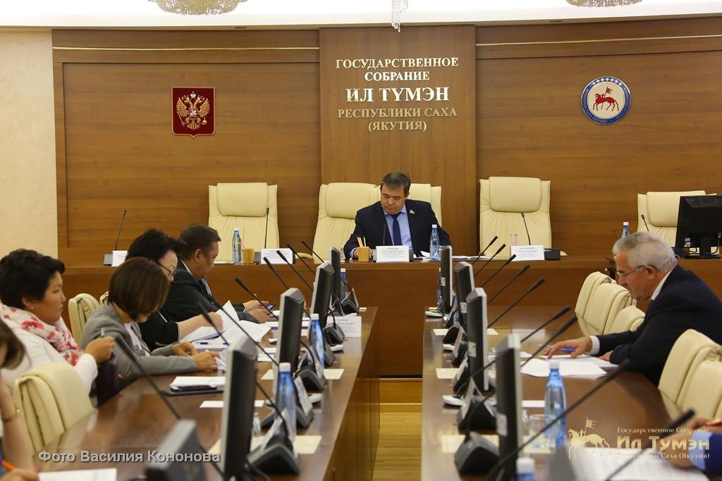 Александр Корякин провел заседание постоянного комитета парламента республики