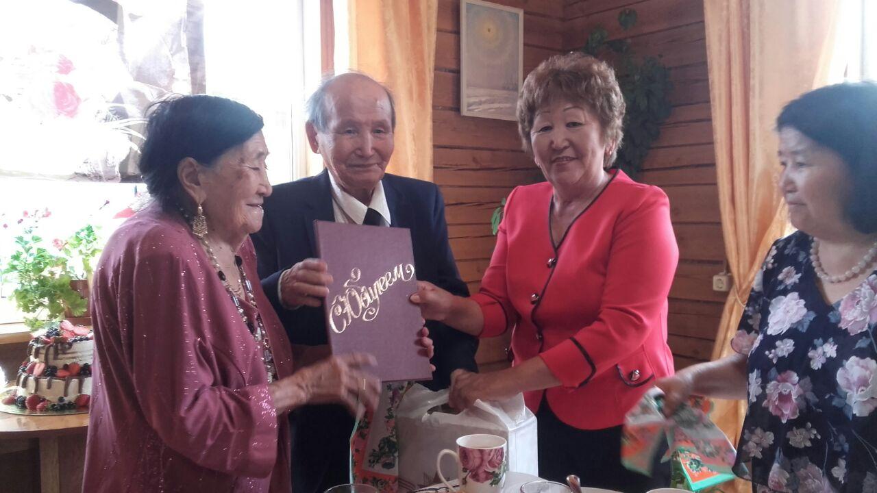 Семья Олесовых отметила железную годовщину свадьбы — 65-летие бракосочетания