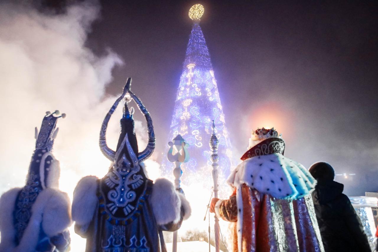 В Якутске зажглись огни новогодней ёлки
