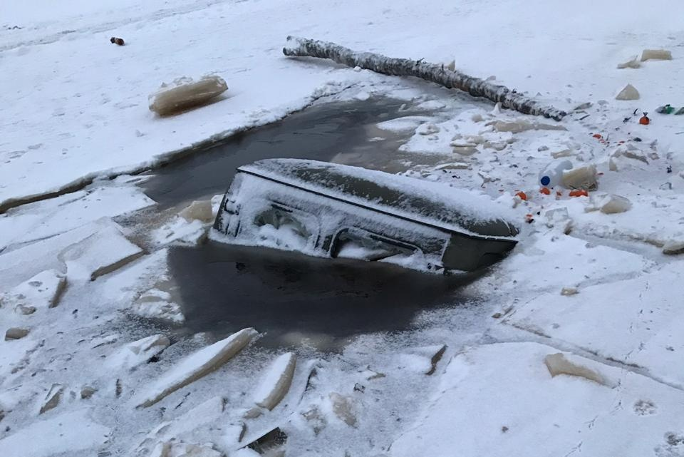 300 тысяч за вызволение тяжелогрузов, провалившихся под лед
