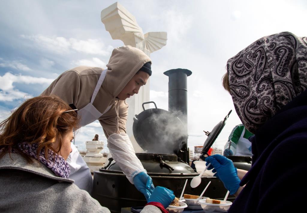 Аэропорт «Якутск» организовал для ветеранов полевую кухню