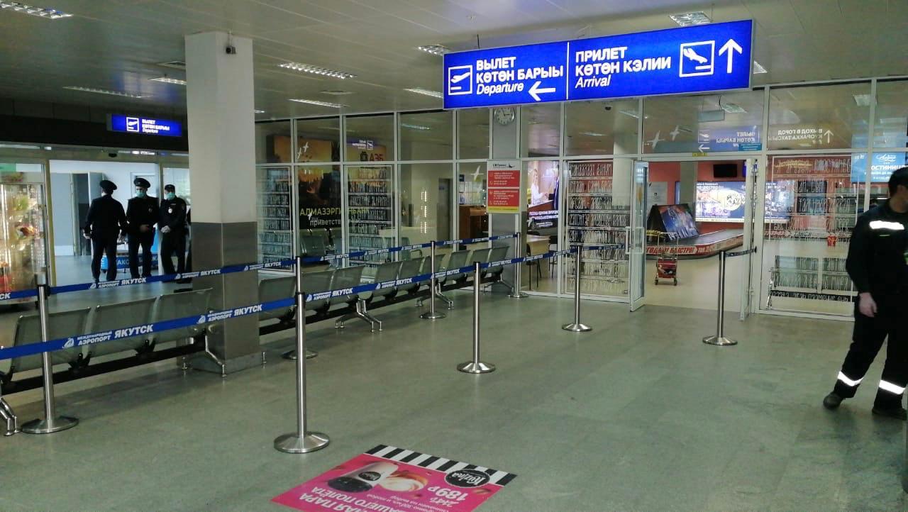 В зале прилета аэропорта «Якутск» установлены ограничительные ленты
