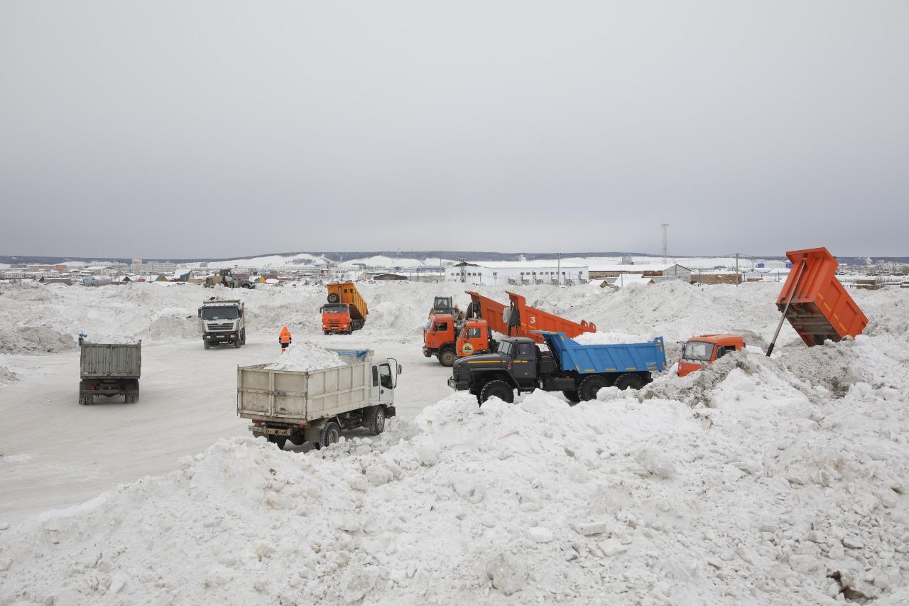 В Якутске устраняют последствия обильных снегопадов