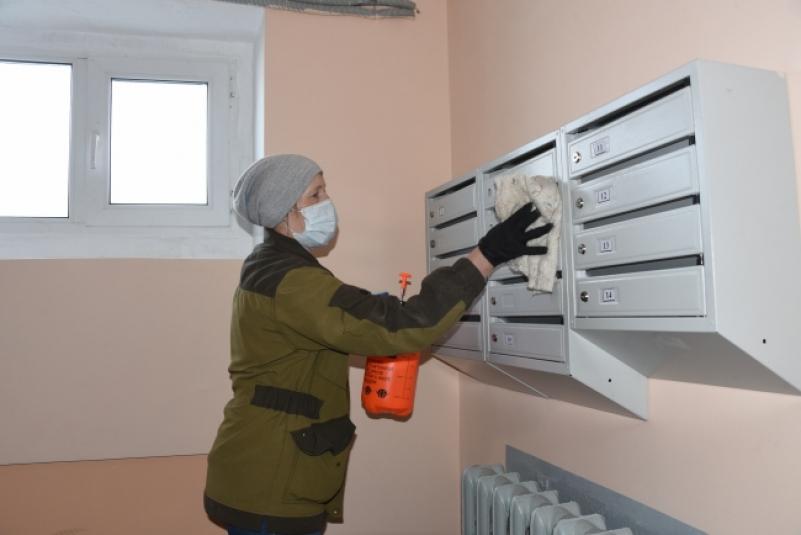 В Якутске завершился первый этап санобработки подъездов