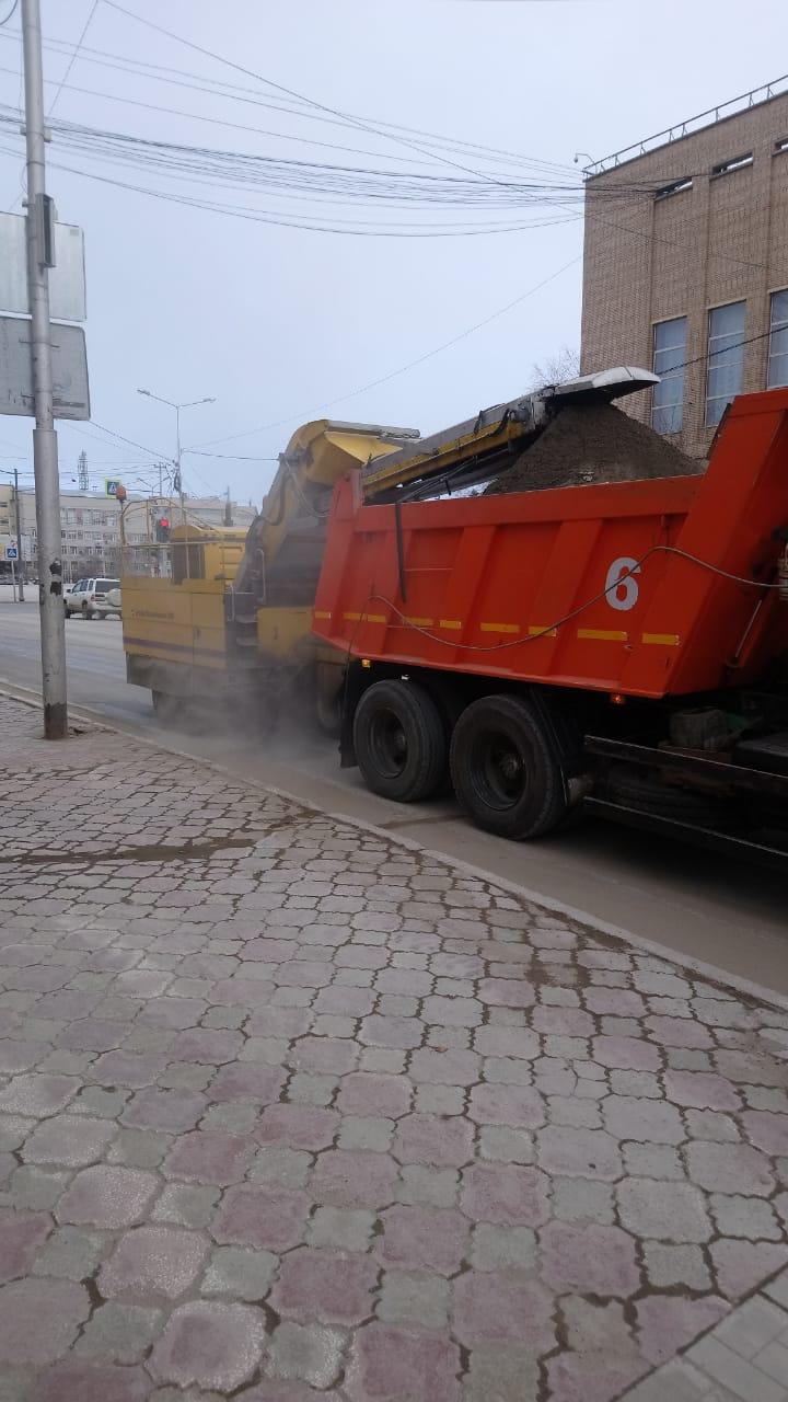 Коммунальная техника и рабочие АО «Якутдорстрой» приступили к уборке улиц и площадей от пыли и песка