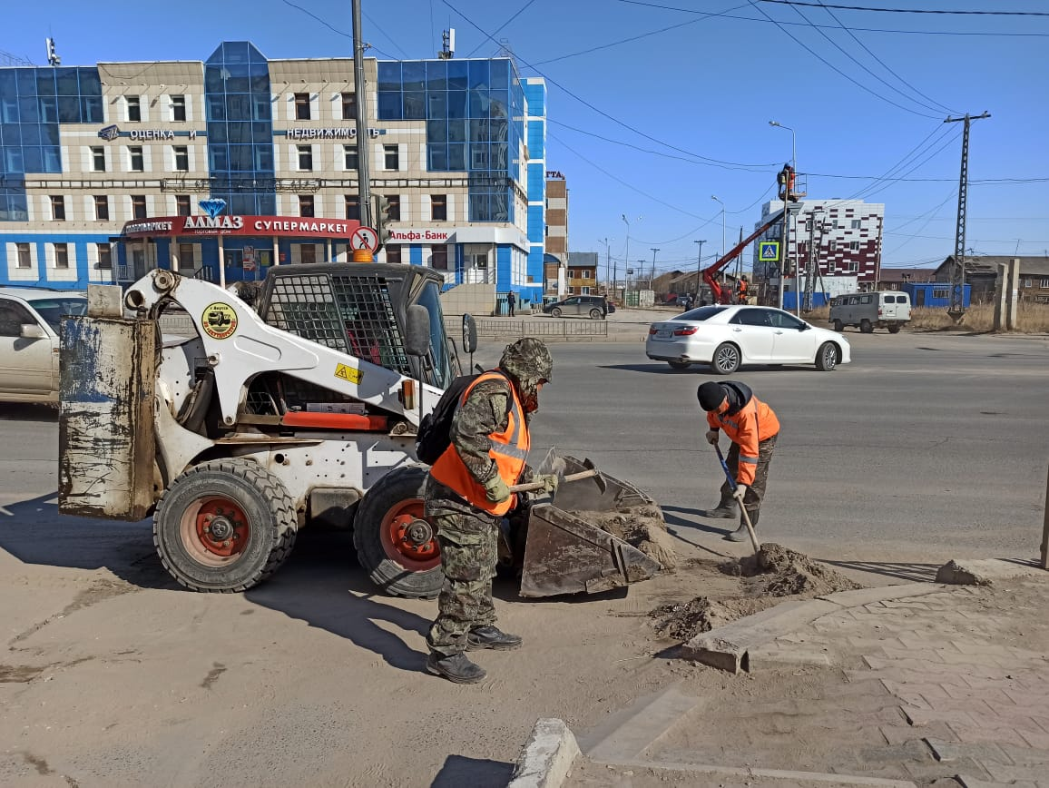 В Якутске идут плановые работы по уборке улиц и площадей от пыли и песка