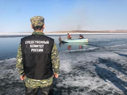 Следователи работают на месте провала автомашины под лед и гибели двух человек в Олекминском районе республики