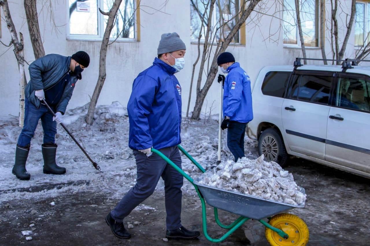 Волонтеры и депутаты Якутской городской Думы помогли поликлинике №1
