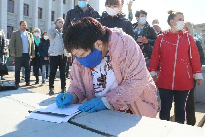 В Омске семьи вахтовиков Чаяндинского месторождения пикетируют здание правительства