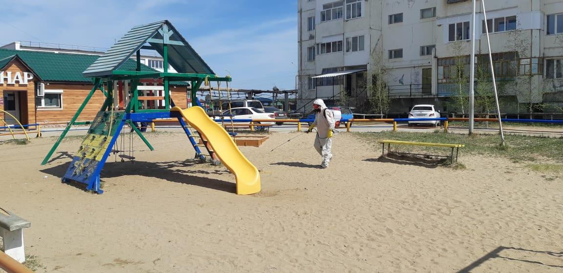 В Якутске продолжается дезинфекция детских площадок, тротуаров, автобусных остановок, обработано более 17 тысяч кв. метров