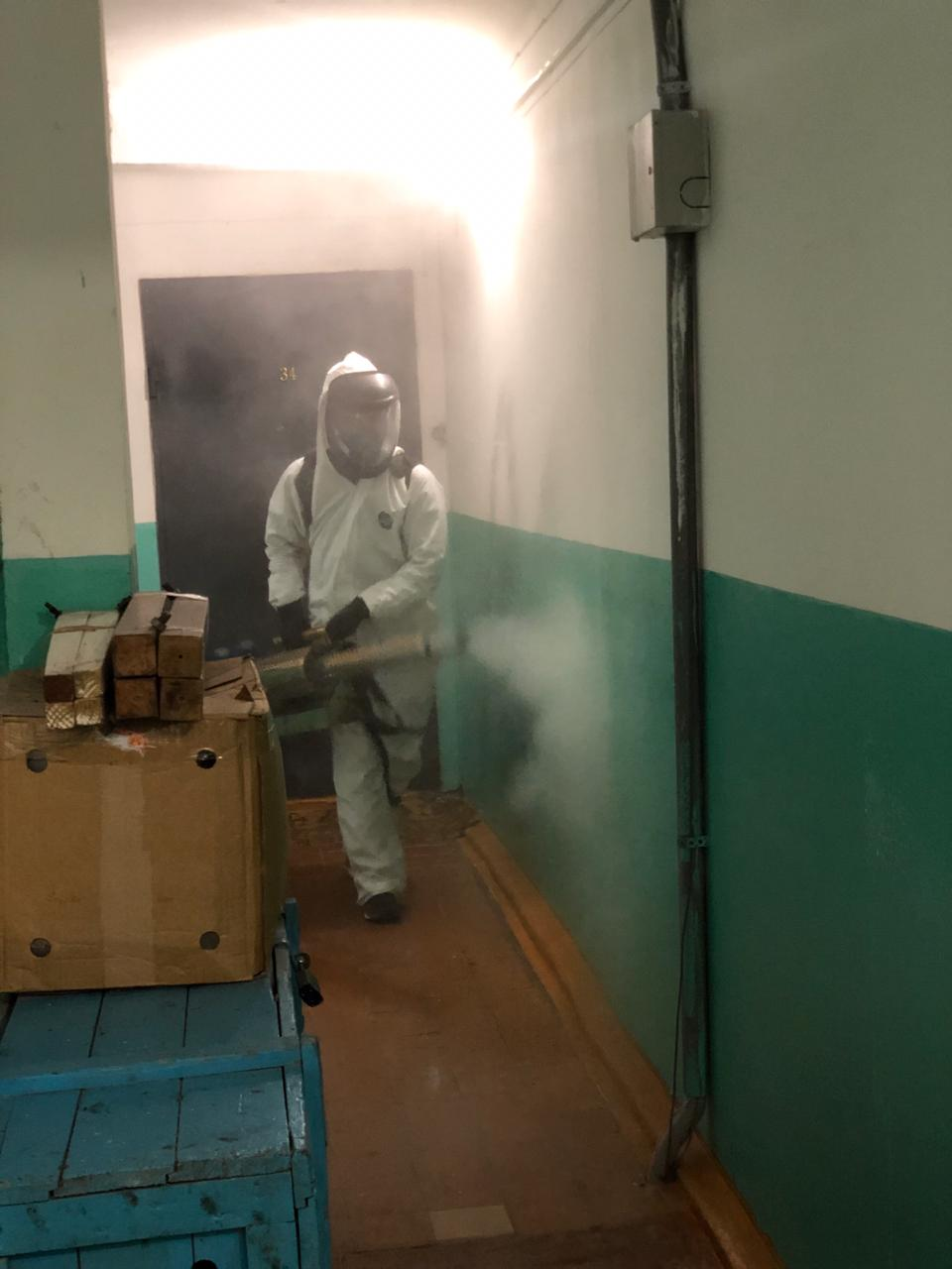 В Якутске продолжается заключительная дезинфекция в подъездах домов, из которых госпитализировали больных коронавирусной инфекцией