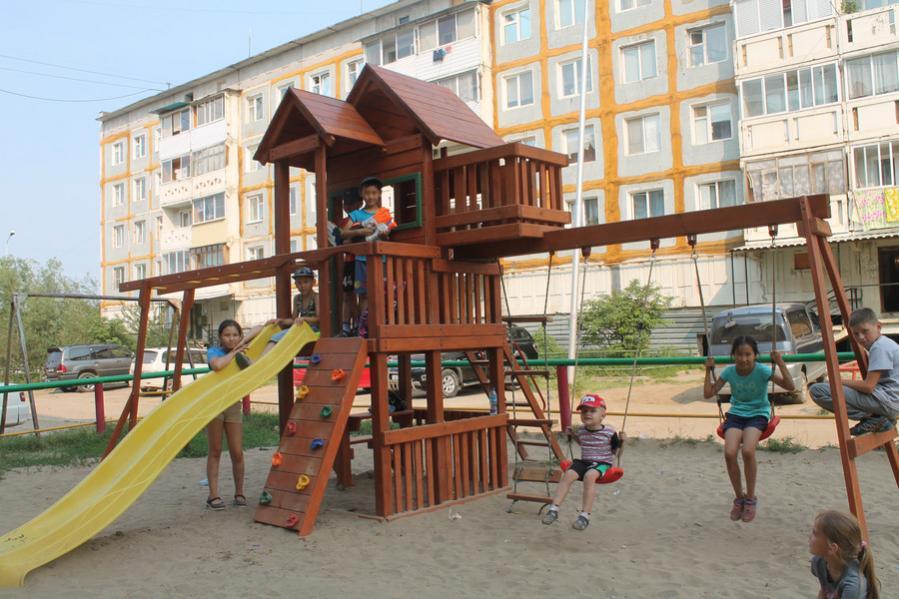 В Якутске следят за состоянием детских площадок