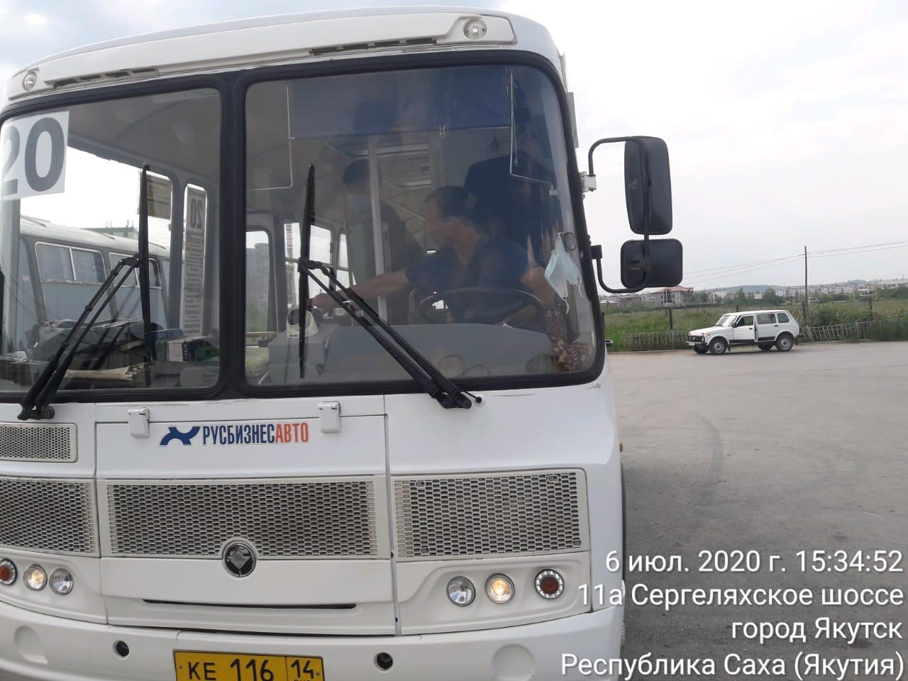 Сотрудники Окружной администрации города Якутска проверяют соблюдение масочного режима в общественном транспорте