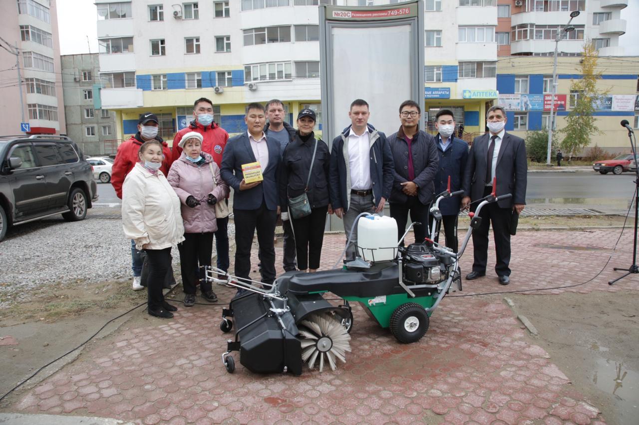 Тротуары Строительного округа Якутска будут чистить новой техникой