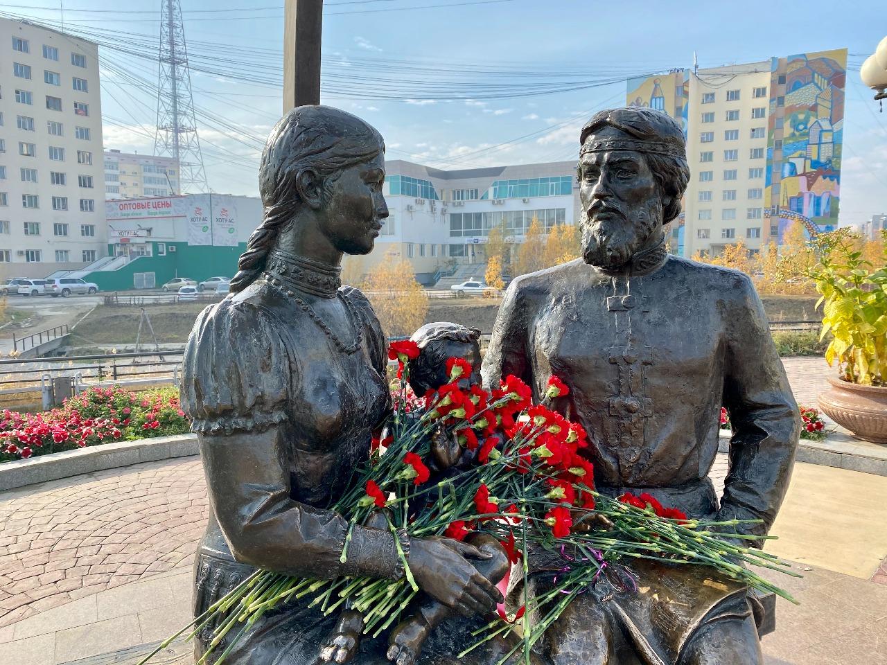 В Якутске возложили цветы к памятнику Семену Дежневу и Абакаяде