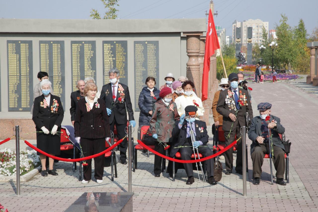 В Якутске возложили цветы к мемориальному комплексу «Солдат Туймаады»