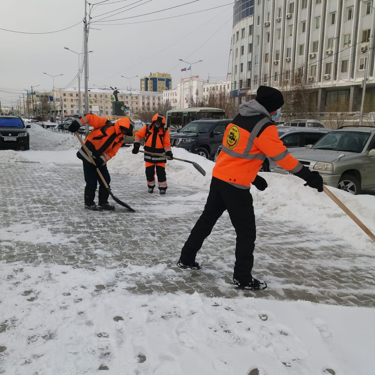 АО «Якутдорстрой» продолжает ежедневную уборку снега с городских улиц