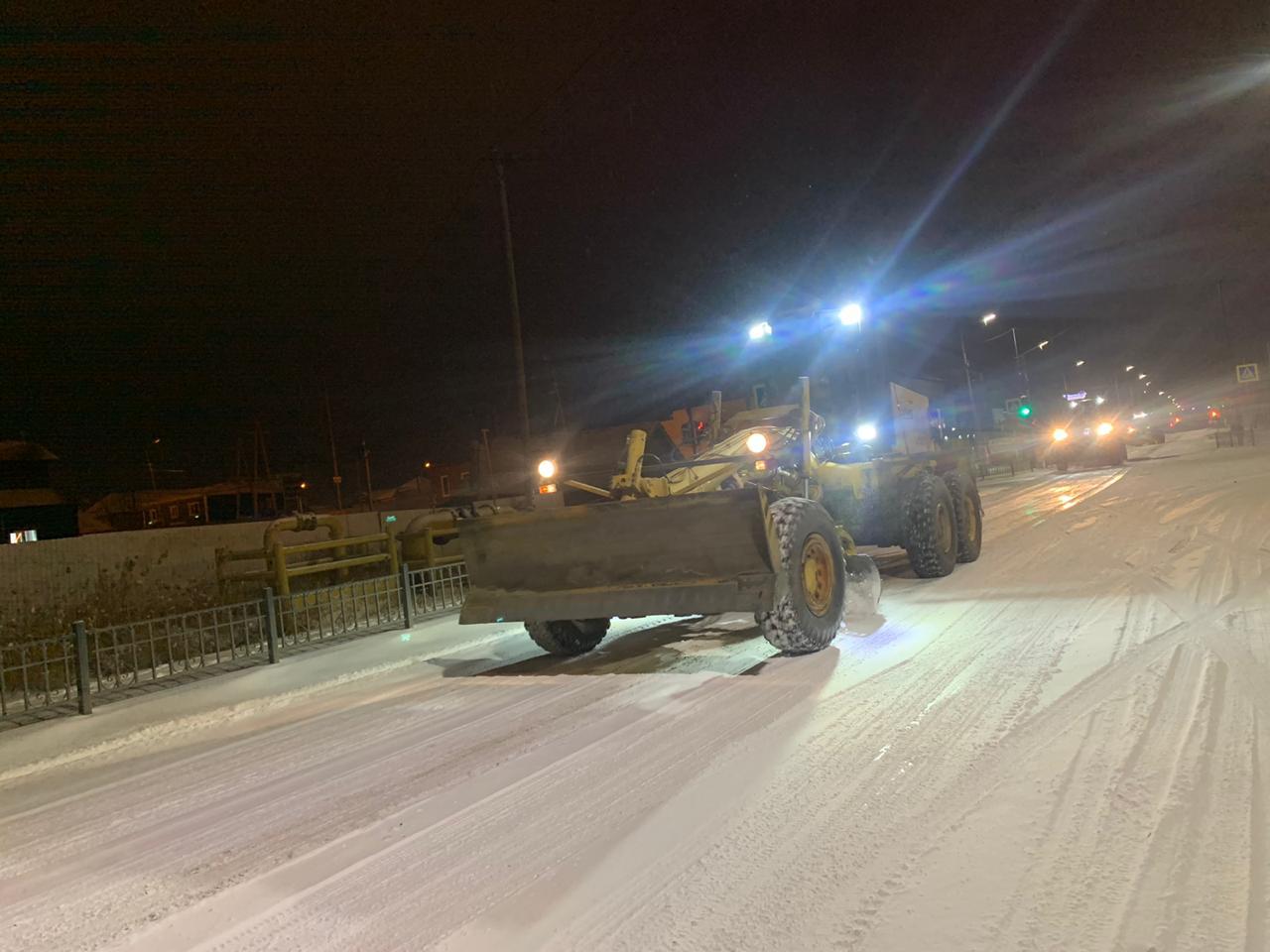 АО «Якутдорстрой» убирает снег с улиц