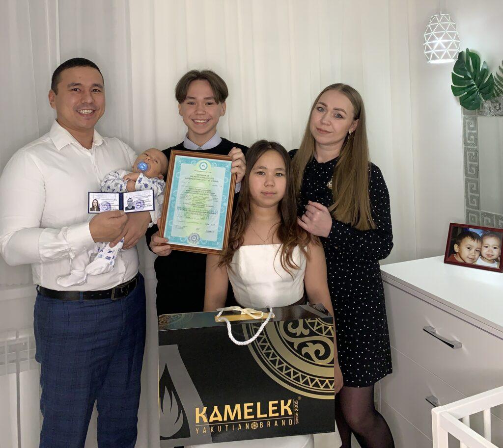 Многодетной семье из Якутска вручили сертификат на республиканский материнский капитал под номером 10 000