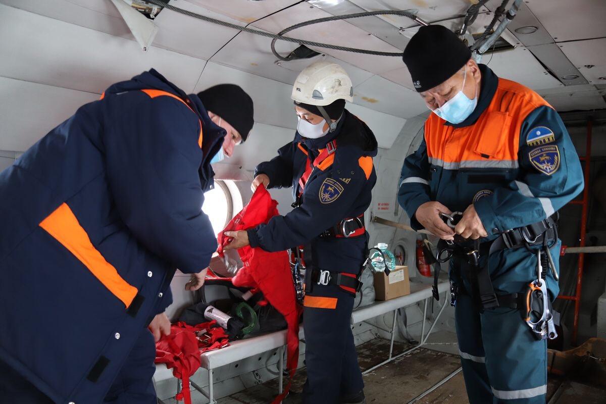 Экипаж «Полярных авиалиний» и спасатели эвакуировали 3 мужчин