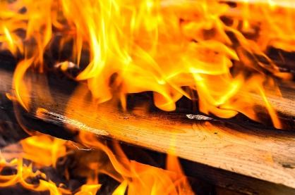 В городе Якутске следователь СКР работает на месте пожара, где обнаружены тела двух человек