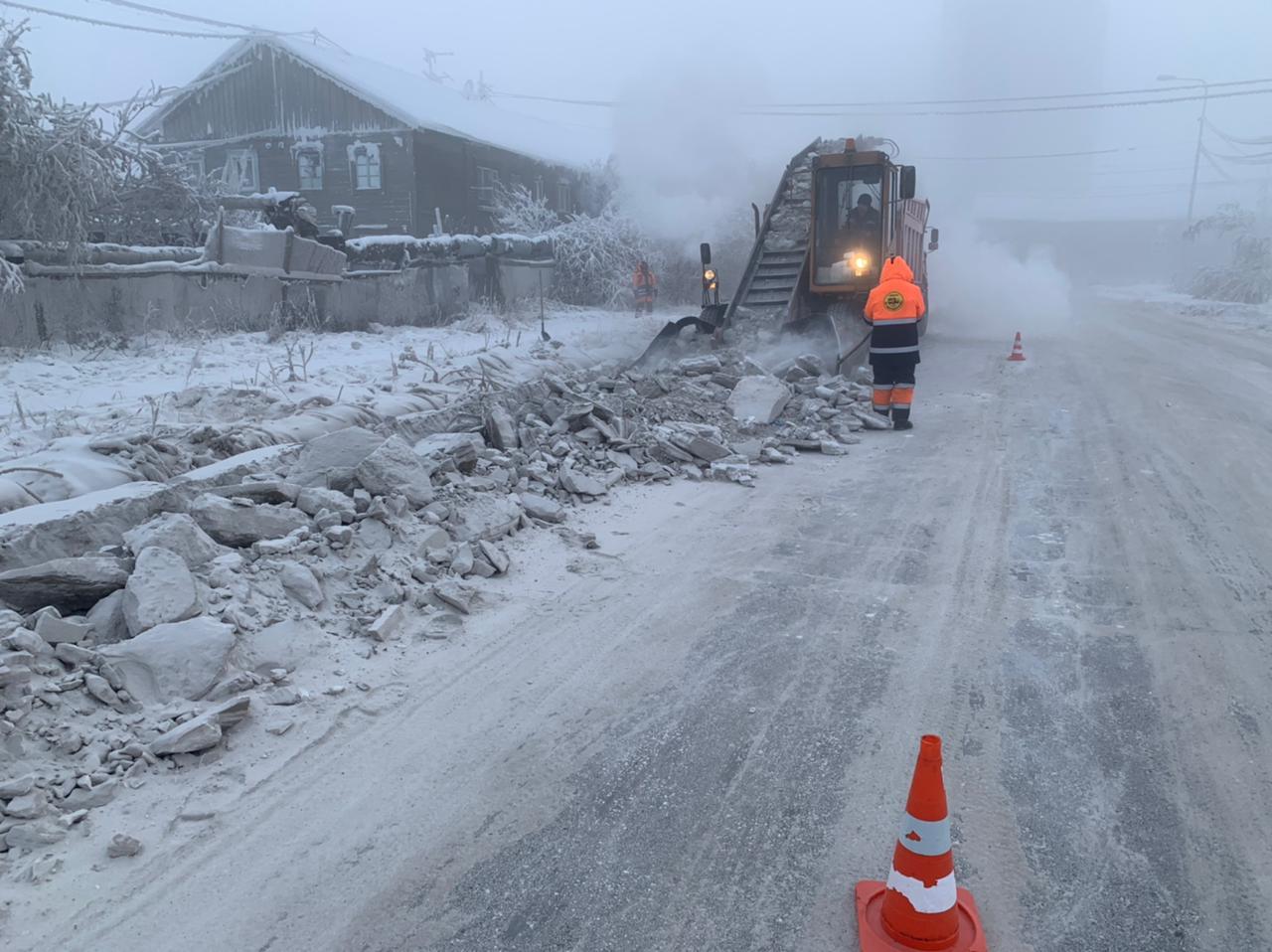 Дорожниками и техникой АО «Якутдорстрой» продолжаются работы по уборке и вывозу снега с улиц города