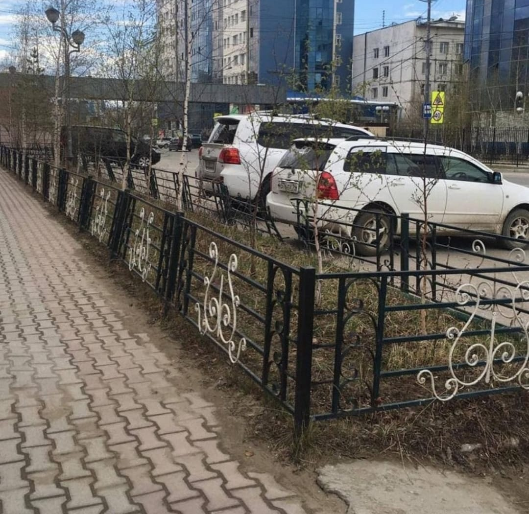 В Якутске демонтируют пешеходные ограждения