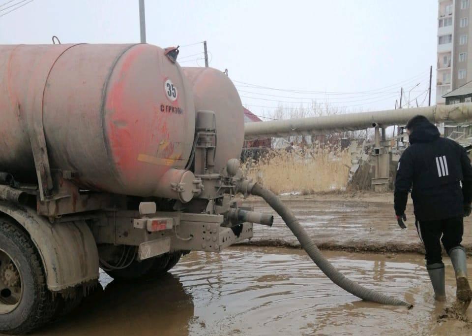 «Жилкомсервис» продолжает откачку талой воды с улиц