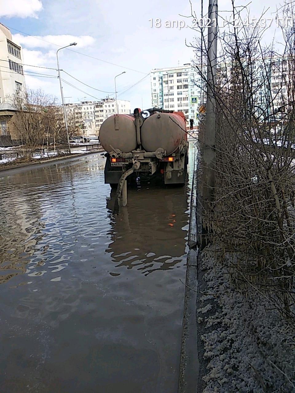 Коммунальные службы отчитались о ходе работ по откачке талых вод с улиц города