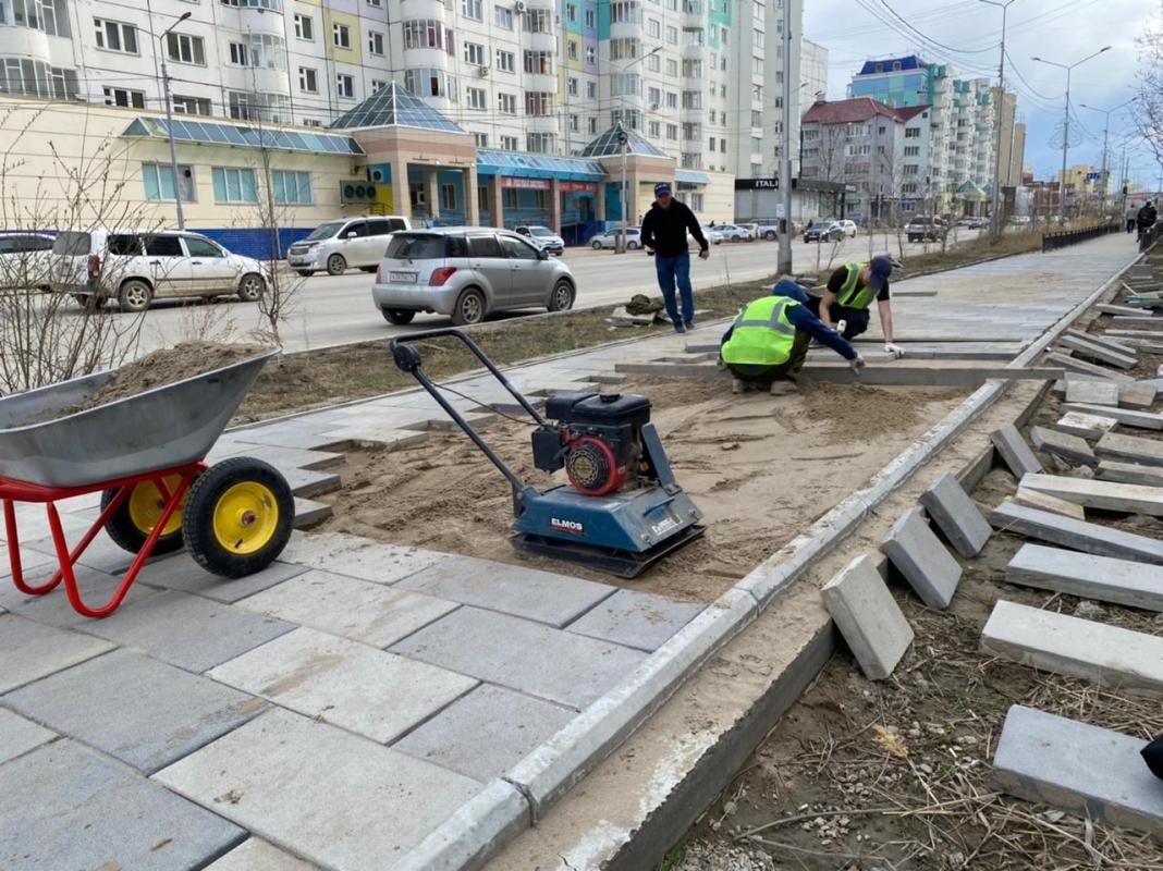 Подрядная организация приступила к устранению дефекта тротуара по ул. Пояркова